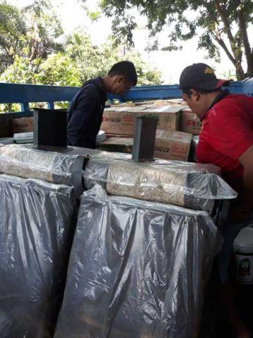 Proses packing muatan dikirim ke Balikpapan tanggal 1 April 2018